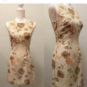 En underbar vintage klänning! (Någorlunda genomskinlig!) Passar en Xs/s bäst, dock ej stretchig! Frakt tillkommer!  🍓Snälla skriv bara om du är intresserad av att köpa!🍓