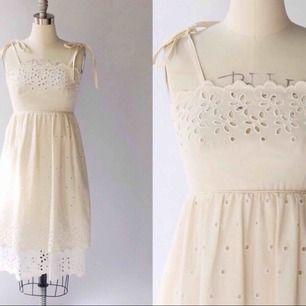 En underbar vintage klänning som har en känsla av 70-tal och romantik! Passar till bröllopet eller midsommarfesten! Eller varför inte studenten?✨  Storlek 34/36! Frakt tillkommer🌻