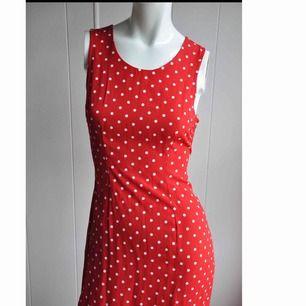 En så underbar somrig klänning!🍓   I perfekt skick förutom att slitsen där bak behöver några styng! Fixar man på minuten!👍  Frakt tillkommer!🐣  Fler bilder finns vid intresse