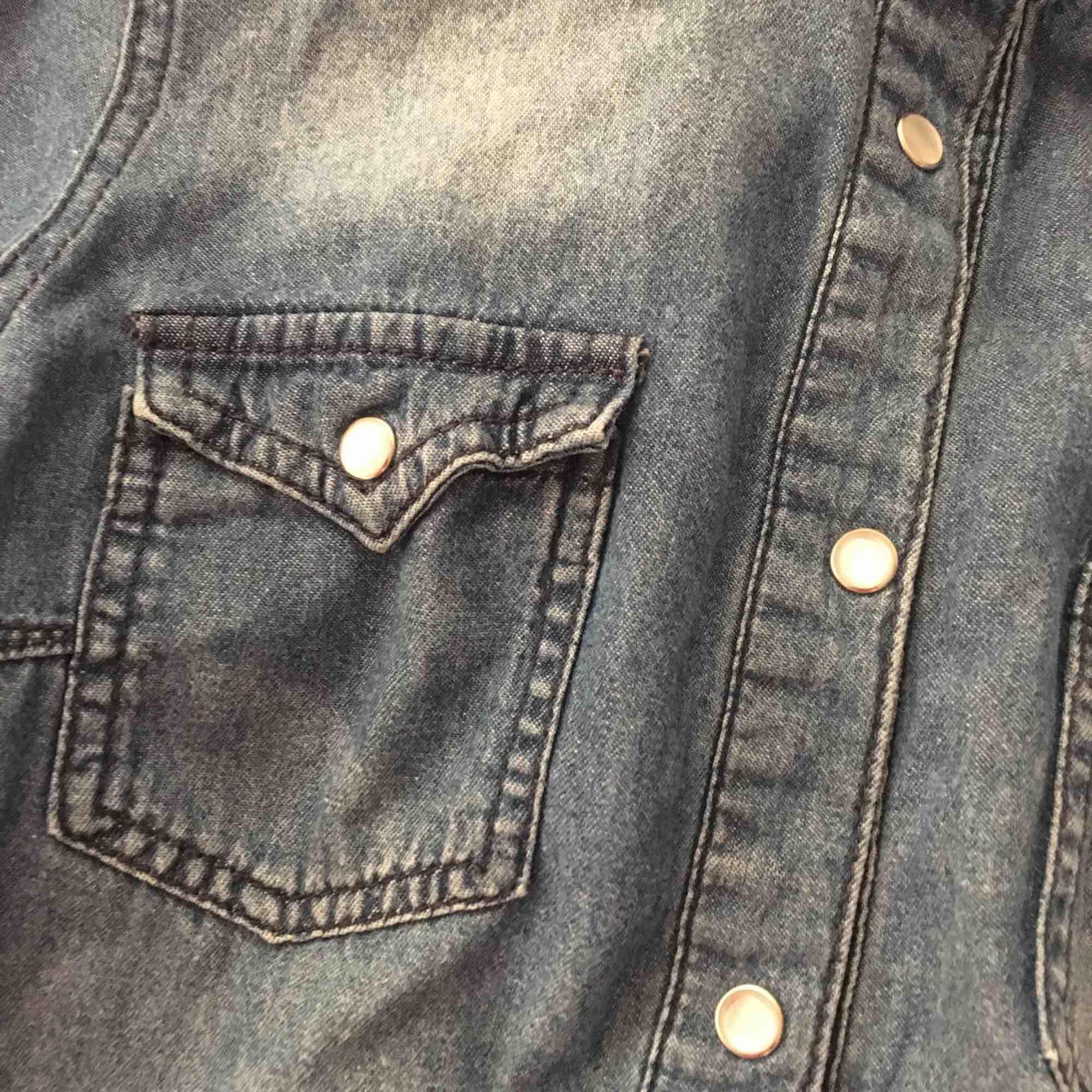Jeansskjorta från ginatricot, storlek 38. Köpare står för frakt💙💙. Skjortor.