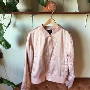 Superfin rosa bomber ifrån Lager 157, Black Label collection. Storlek Large, dragkedjor i roséguld. Mkt fint skick!
