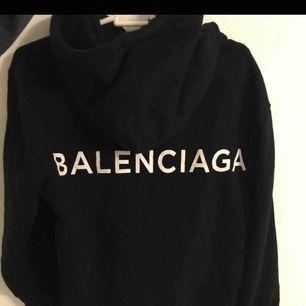 Helt ny unik Balenciaga hoodie, kopia men precis som den äkta! Säljs pga ingen användning! ☺️