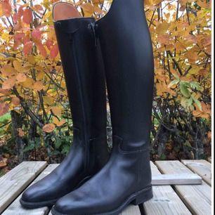 Svarta ridstövlar från Petrie, storlek 39. Skorna är använda 2-3 gånger.