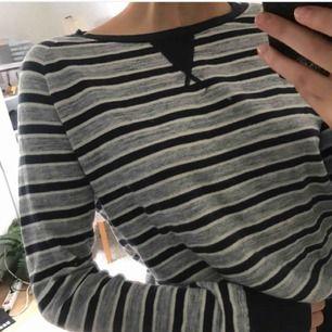 En tröja ifrån Levis! Köpte men fick den inte för än flera veckor senare!  PRIS KAN DISKUTERAS PÅ ALLA MINA PLAGG!:)