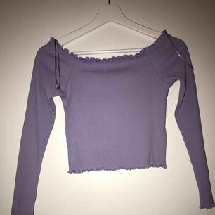 Ett jätte fin lila axellös tröja från ginatricot.