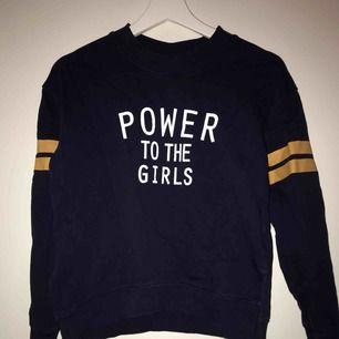 """En blå tröja där det står """" power to the girls"""", tröjan är från hm"""