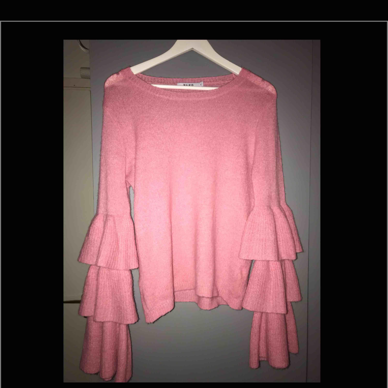 Ny stickad tröja med volanger i 3 lager längst ut på armarna. Frakt 42kr. Stickat.