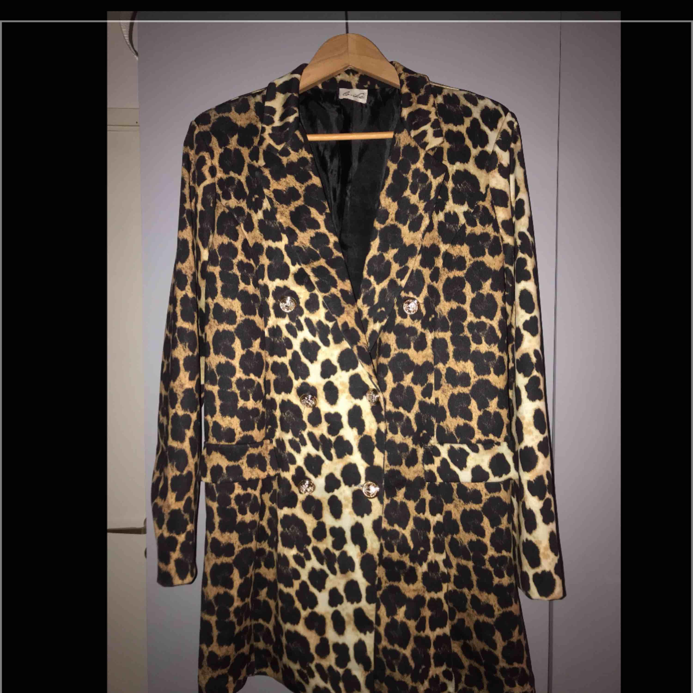 Kavaj/klänning i stl m/l. Aldrig använd. Så snygg! Kan användas som klänning alt kavaj. Frakt 55kr. Kostymer.