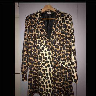 Kavaj/klänning i stl m/l. Aldrig använd. Så snygg! Kan användas som klänning alt kavaj. Frakt 55kr