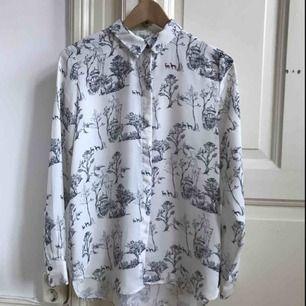 Superfin skjorta/blus i något tunnare material från H&M. Tycker verkligen det är SÅ synd att den inte kommer till användning för mig och hoppas någon annan kan få mer nytta av den.
