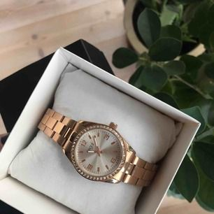 sprillans ny klocka i rosé guld, från ur och Penn. Säljs pga felköp.   Köparen står för frakt (: