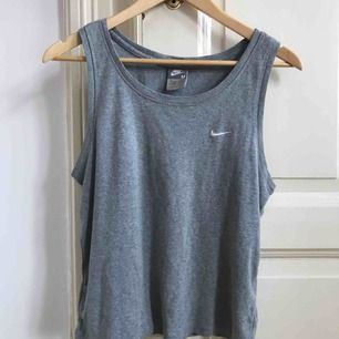 Nice grått linne från Nike köpt second hand, kommer tyvärr inte till användning för mig. Inga hål eller liknande