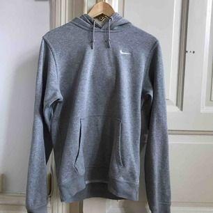 Grå hoodie från Nike, använt men fint skick, inga hål eller dyl. Nypris 500 kr ✨✨✨ Kolla gärna in mina andra annonser!! ✨✨✨