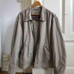 Beige jacka från Marlboro Classic, köpt second hand. Använt den som oversize med upprullade ärmar (har vanligtvis strl s)