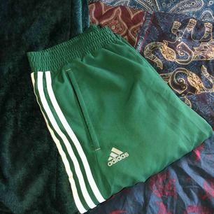 Coola Indigo-gröna adidas byxor i storlek M. Frakt ingår i priset. Köpta här på Plick men de var förstora. Aldrig använda och i mycket fint skicka