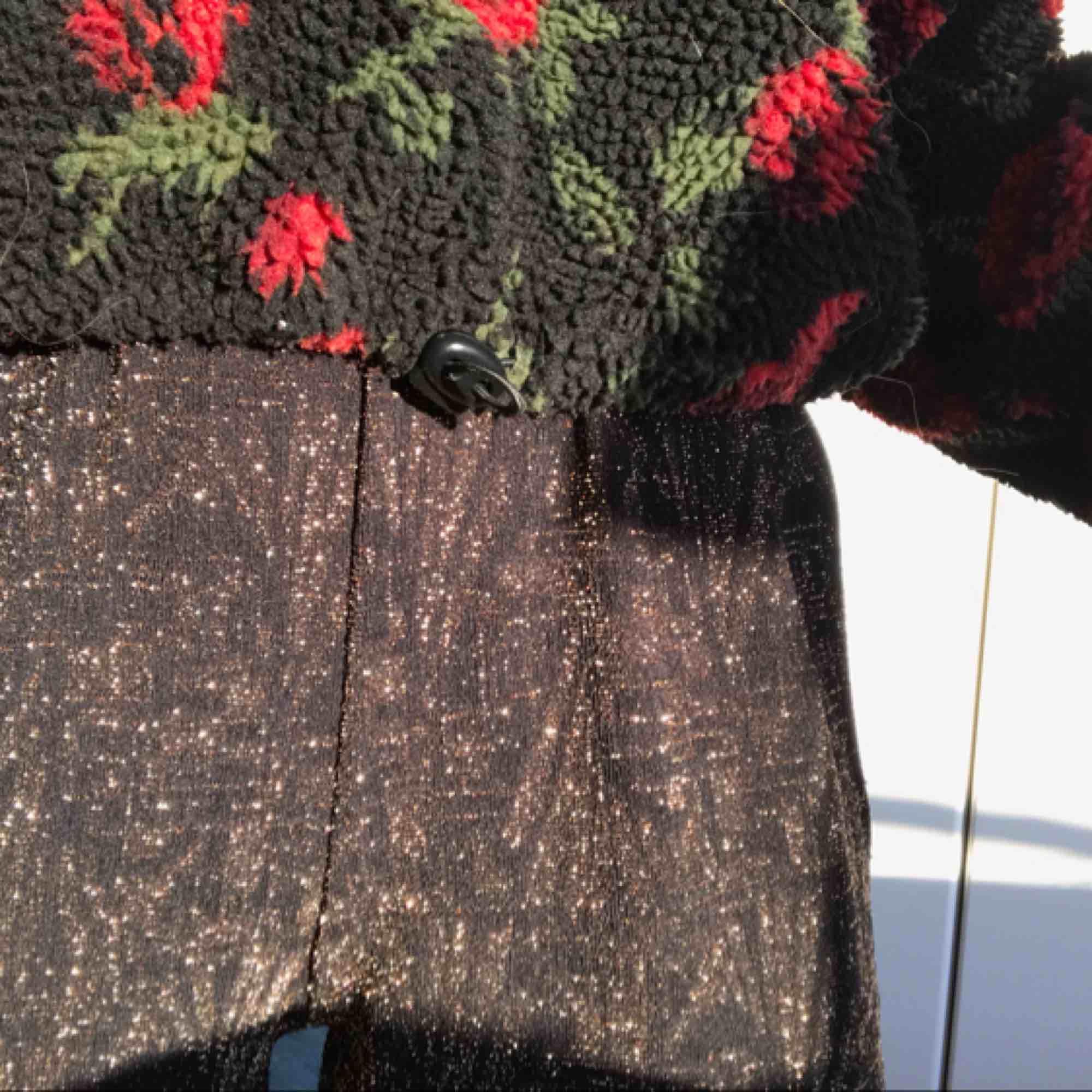 Guldglittriga byxor köpta på Monki för nåt år sedan! Passar nog både S och M!. Jeans & Byxor.