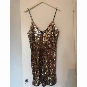 Helt oanvänd guldpaljett klänning i stl 36  Finns att hämta upp i Stockholm eller skickar via postnord