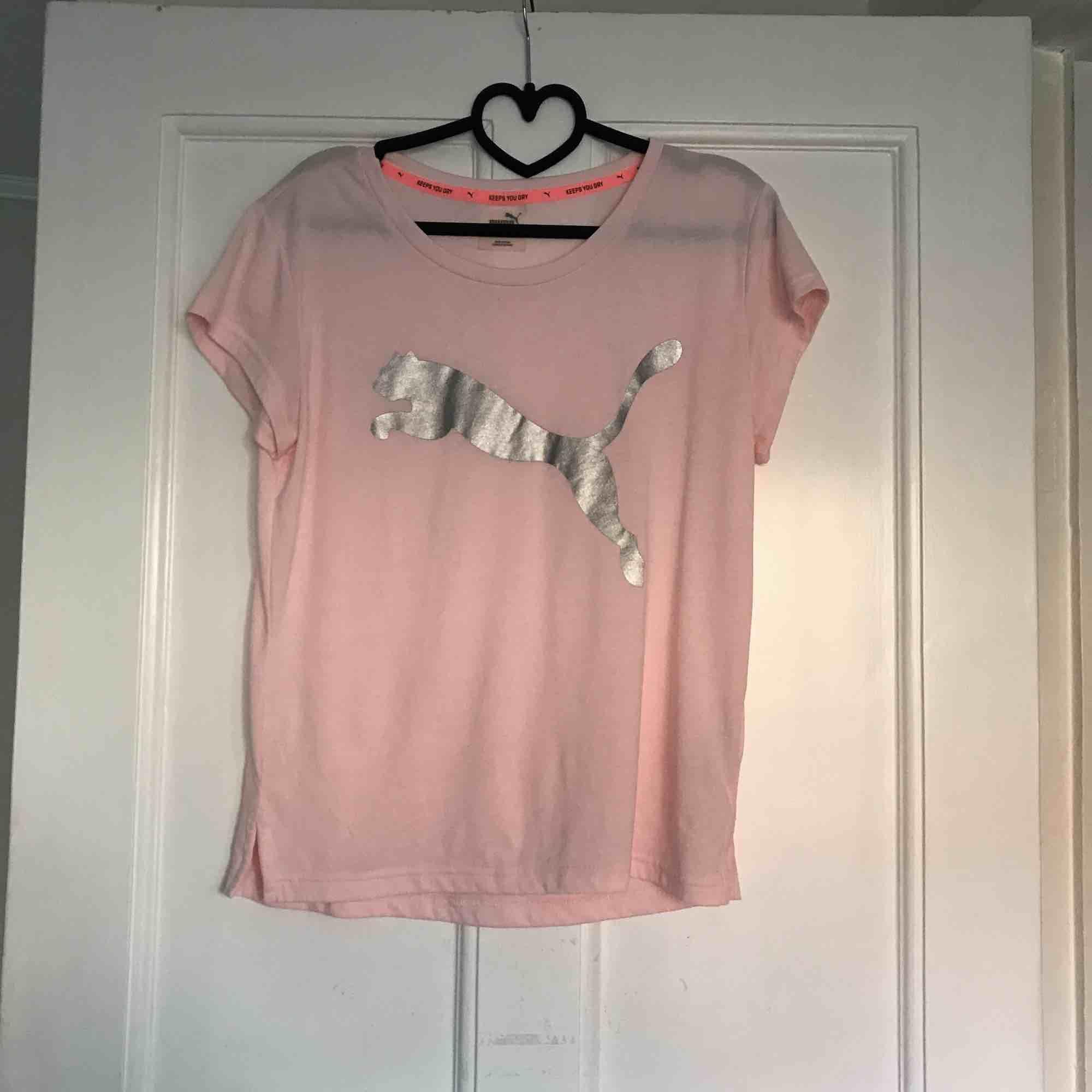 T-shirt från Puma i bra skick❤️ Frakt: 20kr. . T-shirts.