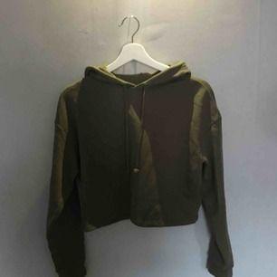 Supersnygg croppad hoodie från hm i bra skick, bara använd 2-3 gånger och säljs för att jag inte använder den längre. Kan posta men då betalar köparen för frakt💫