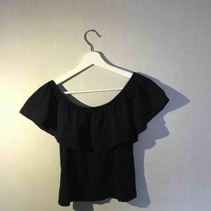Fin tröja med volang upptill, stl M men ganska kort i modellen så funkar för S också. Kan posta men då står köparen för frakt 💫