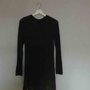 Svart långärmad klänning som går lite längre än knäna på mig som är 1.64cm. Kan posta men då står köparen för frakten💖