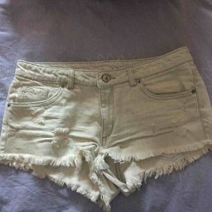 ljusa slitna jeansshorts från hm, sälj för att dom har blivit för små och för att jag knappt använt dom. Kan posta men då står köparen för frakten 🖤