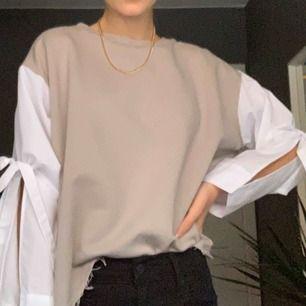 As cool och unik skjorta/tröja från Zara. Man knyter rosetterna på sidan som på bilden. Mycket bra skick!!