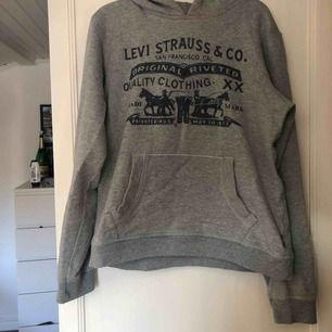 En Levis hoodie. Köpare står för frakten