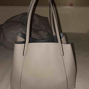 Jätte fin ljusgrå väska från Accent, den rymmer mycket och är silvrig inuti. Frakten är inräknad i priset!