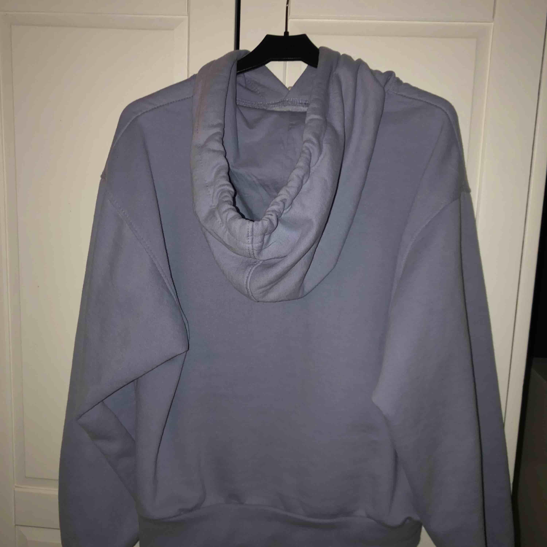 En ljusblå/lila hoodie med vita snören som jag gillar att knyta. Denna hoodien är använd väldigt få gånger.  Köparen står för frakten.. Huvtröjor & Träningströjor.