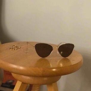 Mycket bra skick, nästintill helt oanvända, fräsiga cateye solglasögon från Weekday. Metallen är guld-imitation. Ursprungspris 200 kr men säljs här för mindre än halva priset (exklusive fraktpris). Priset kan diskuteras om ni hör av er inom kort.