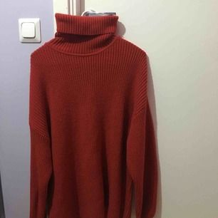 Röd, mysig stickad tröja. Använd fåtal gånger, väldigt gott skick.