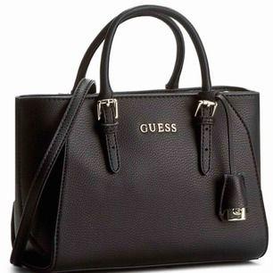 Säljer min GUESS väska och har dens bebis(matchande plånbok) ute också, kolla min profil!💃  I samma skick som jag köpte den, bara att jag gjort 2 extra hål så att snöret kan bli kortare(inget som syns alls!)  Frakt tillkommer!🍓