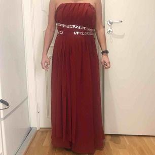 Röd långklänning från Bodyflirt Bonprix i fint skick! Funkar att ha både med och utan axelband. Ett band har dock gått upp på ett ställe men det är enkelt att laga om man vill 🌟 frakt på 79 kr tillkommer