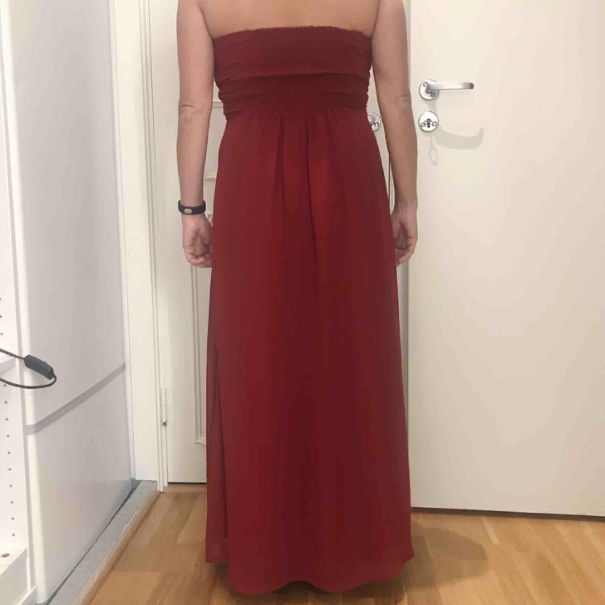 Röd långklänning från Bodyflirt Bonprix i fint skick! Funkar att ha både med och utan axelband. Ett band har dock gått upp på ett ställe men det är enkelt att laga om man vill 🌟 frakt på 79 kr tillkommer. Klänningar.
