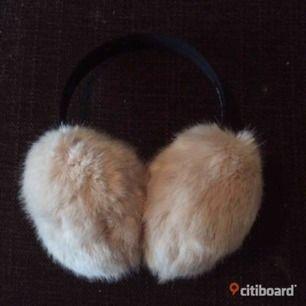 Oanvända fluffiga öronmuffar, köpta i London. Priset är inkl frakt (ja bilden är tagen från min egen citiboard sida)