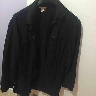 Slapp svart jeansjacka i onesize. Vintage stil. Passar alla beroende på hur man vill att den ska sitta. Rymliga fickor. Använd fåtal gånger, som ny!