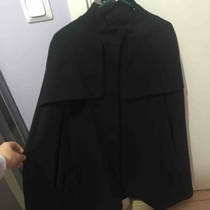 Otroligt fin svart cape från HM! Passar alla från storlek 34 och upp. Helt ny, aldrig använd. Ord pris 799 kr.