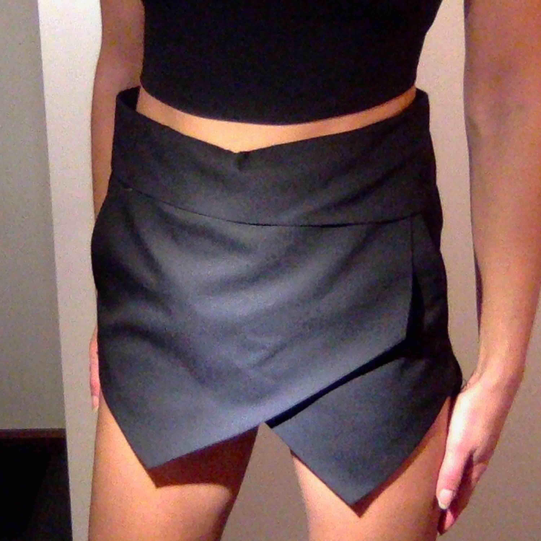 Assymetriska shorts / byxkjol ifrån zara. Storlek s Super coola.  Har ett skärp i midjan som döljer sig under den vikta kanten. . Shorts.