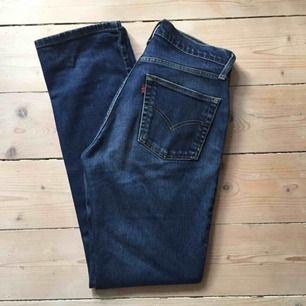 Levis vintage jeans, märkta stl 31/34, men de är små i storleken mer som W 28-29. Frakt kostar 58 kr.