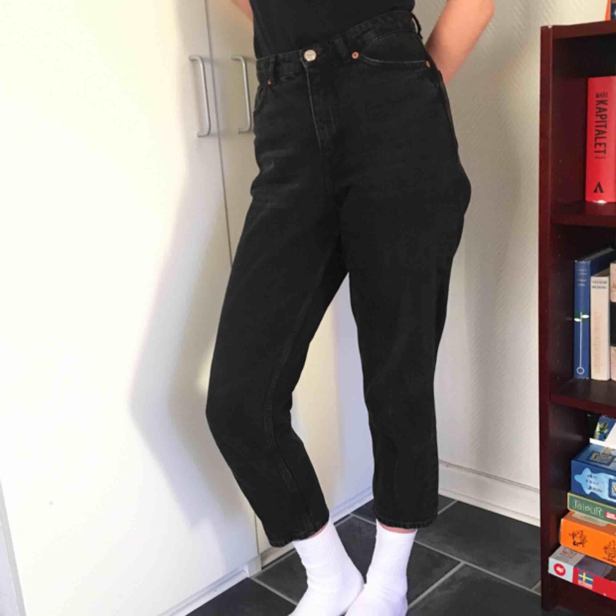 Svarta Taiki jeans från monki i - Monki Jeans   Byxor - Second Hand bd374aab0883e