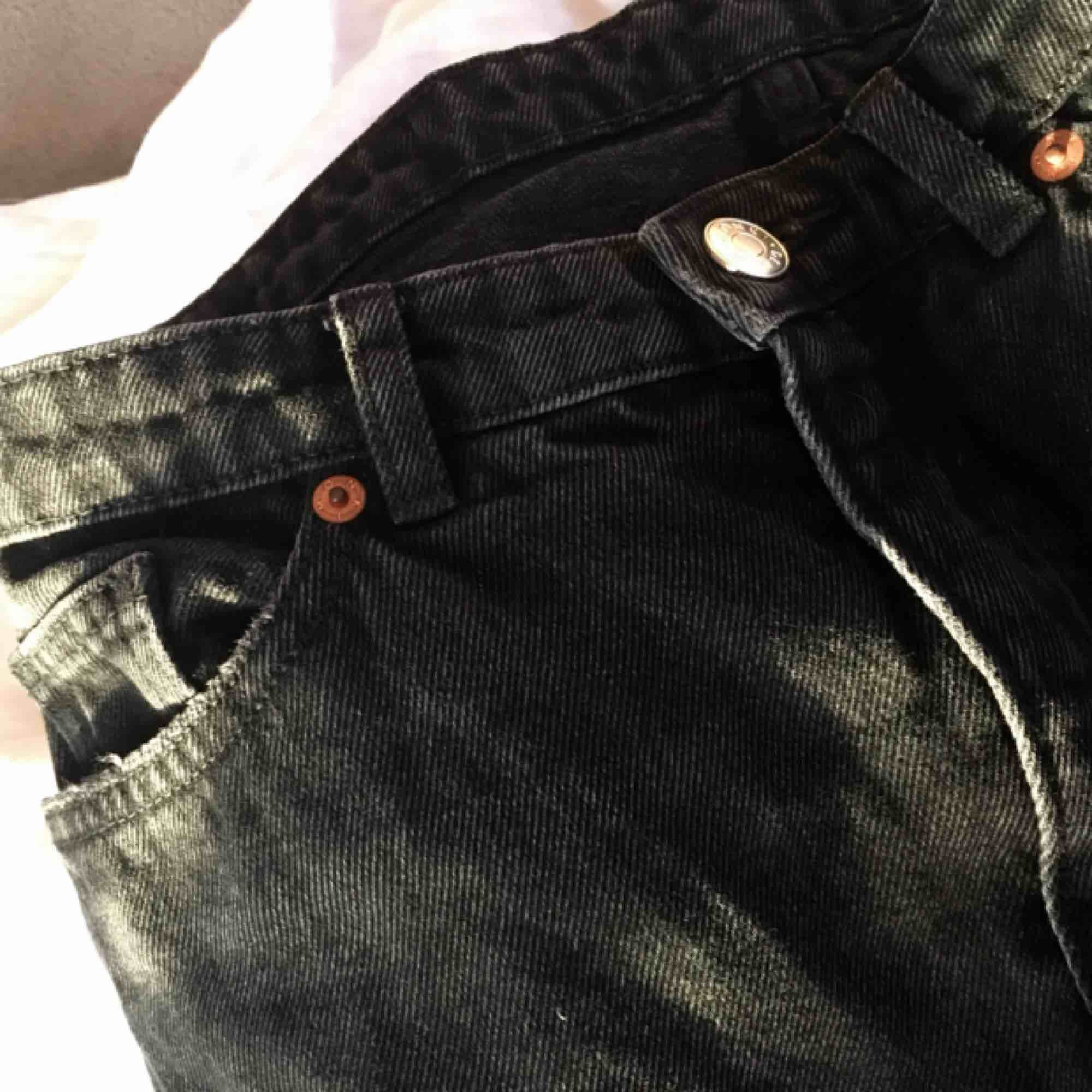 Lite korta på mig Svarta Taiki jeans från monki i storlek 27. Fint skick.  Lite korta på mig 679605d9594d4
