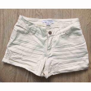 Off white shorts i storlek 32 (ej midjestorlek, XS ungefär). Använda typ 1 gång så väldigt fint skick. Kan mötas upp i Stockholm eller skicka mot fraktkostnad (gissar 39:-)