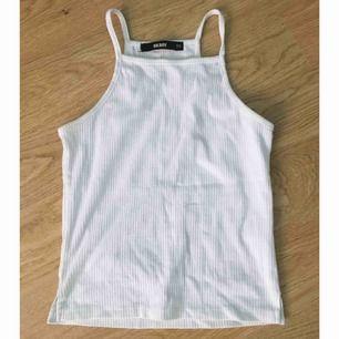 Vitt linne/vit topp i storlek XS, knappt använd så mycket bra skick! Nypris 130. Kan mötas upp i Stockholm eller skicka mot fraktkostnad (18:-)