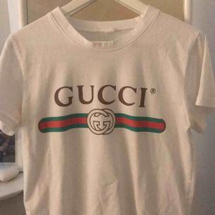 En Gucci tröja (a-kopia) , one size. 😇 men jag har själv xs/s. Funkar men storleken ändå😇