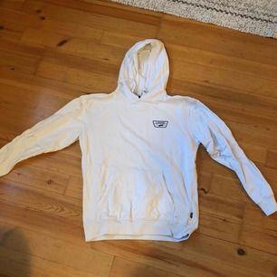 Snygg vit vans-hoodie i bra skick, köparen står för frakt, brukar vara runt 50kr