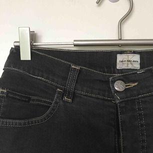 Högmidjade sköna grå Calvin Klein jeans shorts