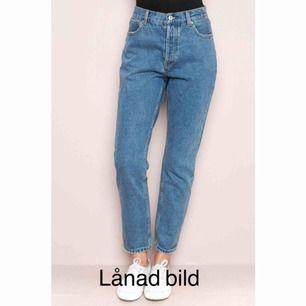 Boyfriend/mom jeans i storlek S, inte använda jättemycket så fint skick! En av skärphällorna har sytts fast igen men märks ej av, man får bara vara lite uppmärksam. Innersöm ca 72 cm. Nypris ca 370. Möts upp i Sthlm eller skicka mot frakt (gissar 55:-)
