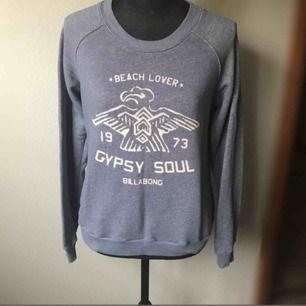 blå sweatshirt från Billabong! köpt för 5 år sen i Australien men ganska oanvänd så fortfarande i gott skick!