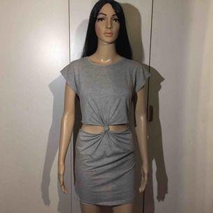 snygg klänning med cut-outs.